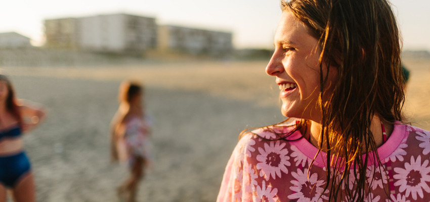 How to be happier! HappyCarefreeWomanOnBeachInFloralTunic-850x400