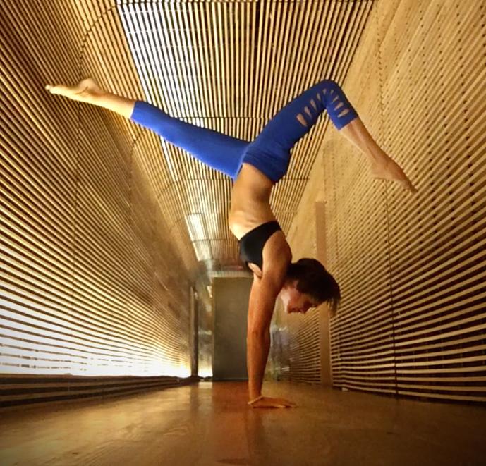 5 Gerakan Senam Yoga Menggunakan Yoga Block 1